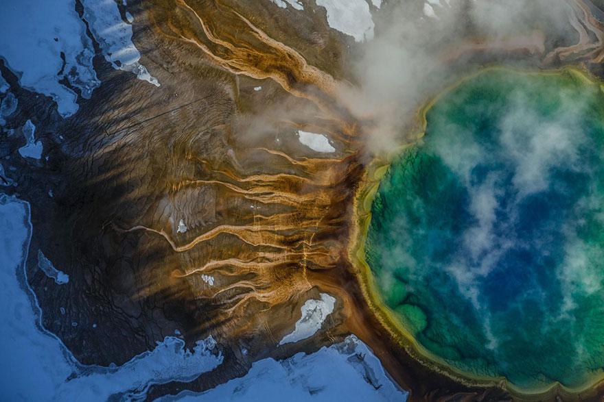 Большой призматический источник в Йеллоустоне. В яркие цвета его окрашивают термофильные бактерии, которые размножаются в горячей воде. Фото: MICHAEL NICHOLS, boredpanda.com