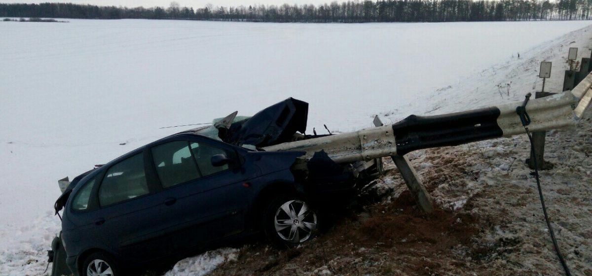 В ДТП под Барановичами отбойник насквозь пробил «Рено»