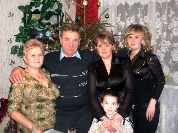 Игорь Циунчик с женой Тамарой (слева), дочерью Лианой и внучками Анастасией (старшей) и Александрой