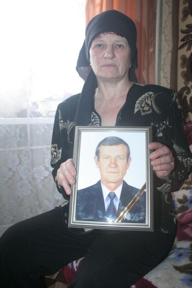 Таиса Александровна с портретом мужа Василия