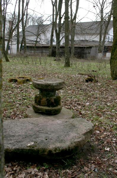 Каменны столік у старым парку