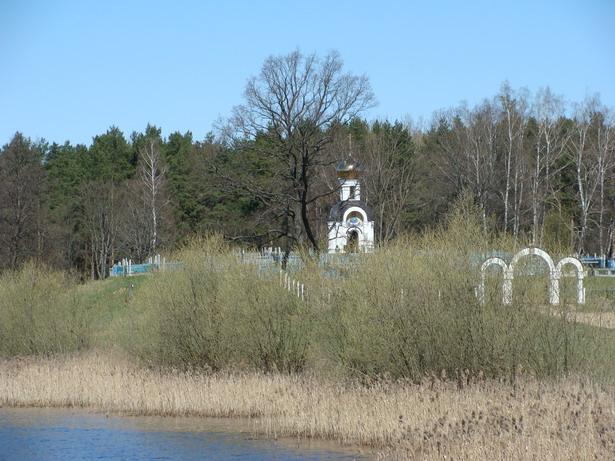 Краявід з Свята-Пакроўскай капліцай-званіцай на могілках