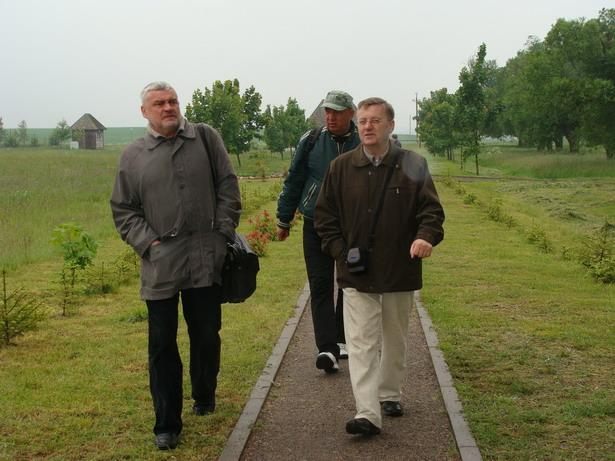 У Завоссі: пісьменнік Уладзімір Арлоў з гісторыкам Віктарам Сырыцам і журналістам Аляксеем Белым, 2009 год