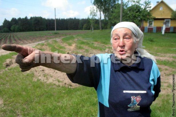 Ванда Маркушэўская абурана тым, што ваенная тэхніка прайшла так блізка каля яе хаты