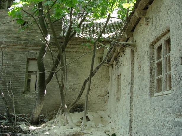 Унутраны двор млыну: мучная зіма сярод лета