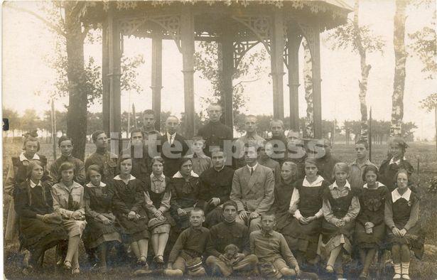 Ксёндз Пётр Татарыновіч (сядзіць сёмы злева) з настаўнікамі і вучнямі 6 класа школы імя Адама Міцкевіча                 г. Баранавічы, 1926 год