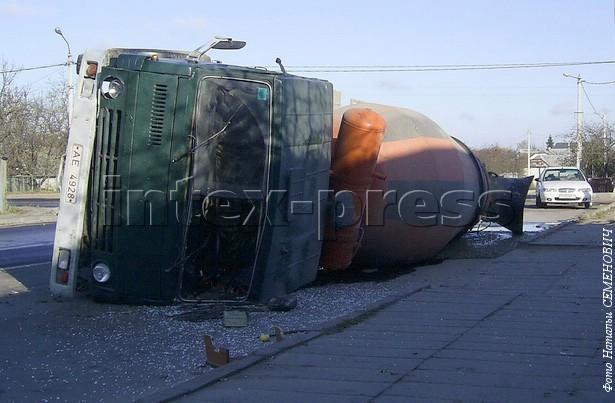 Бетон из перевернутого грузовика вытек на проезжую часть