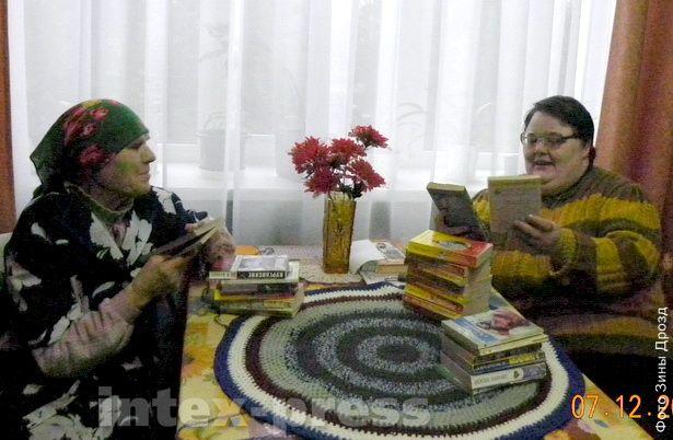 Галина Трутько (справа) и другие обитатели Леснянского дома-интерната  с удовольствием читают книги, собранные в ходе прошлогодней благотворительной акции «Сотворим чудо вместе»