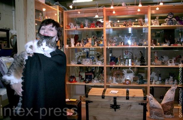 Елизавета Ивановна с первым котом Сериком, ставшим впоследствии символом фирмы