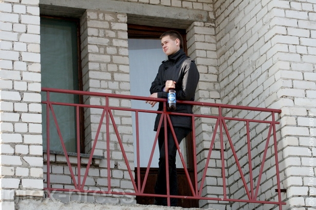 МОЖНО Пить пиво на собственном балконе можно. Балкон – это часть квартиры, а так как квартира общественным местом не является, то и балкон тоже.  НЕЛЬЗЯ  Если балкон общий для нескольких квартир (коммунальная квартира, общежитие и т. д.), то здесь распива