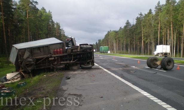 От столкновения с минивеном грузовик перевернулся