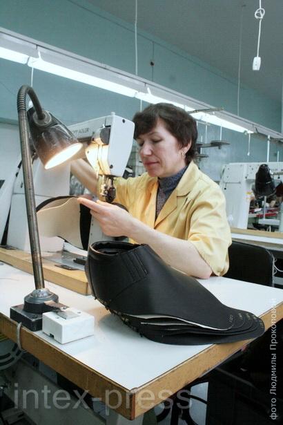 Светлана Лебедева, за швейной машинкой