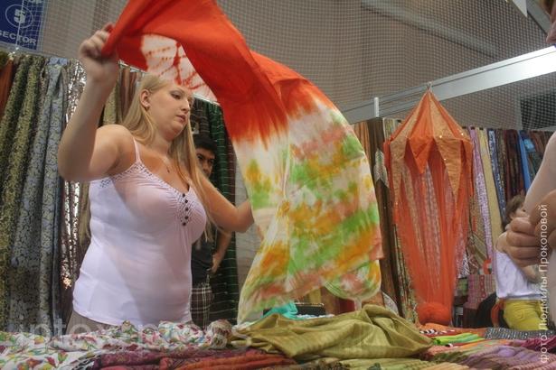 Горожане выстраивались в очередь за платками, одеждой и украшениями
