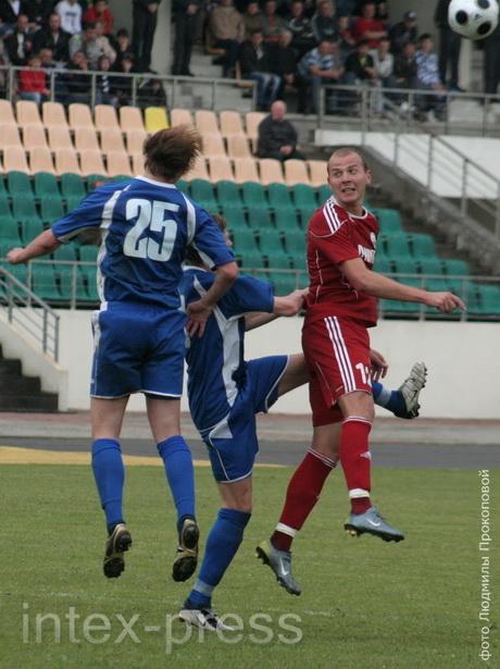 Евгений Кудаш (№ 25) был душой команды как в защите, так и при завершении атак