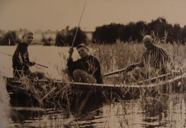Любоў да рыбалкі Усевалад Кароль перадаў усім сваім сынам: на фота - Кароль разам з сынамі Сямёнам (злева) і Іллём (справа)
