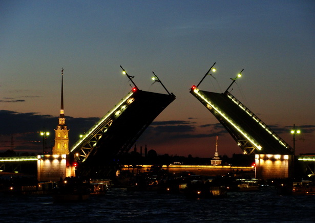 Пасля першай гадзіны ночы цэнтральныя масты Санкт-Пецярбургу спраўна разыходзяцца