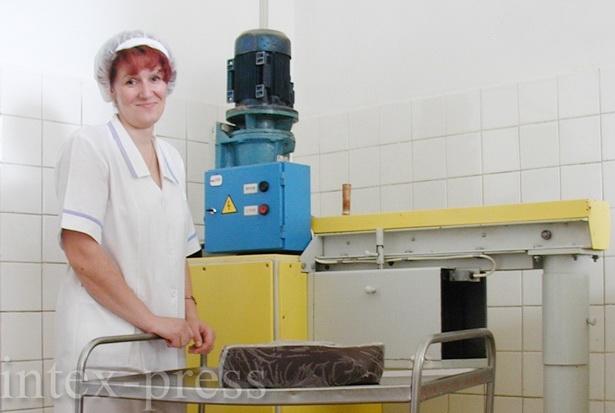 По словам Ольги Аскальдович, в сутки через дробильный автомат может проходить до  75 кг шоколадной глазури