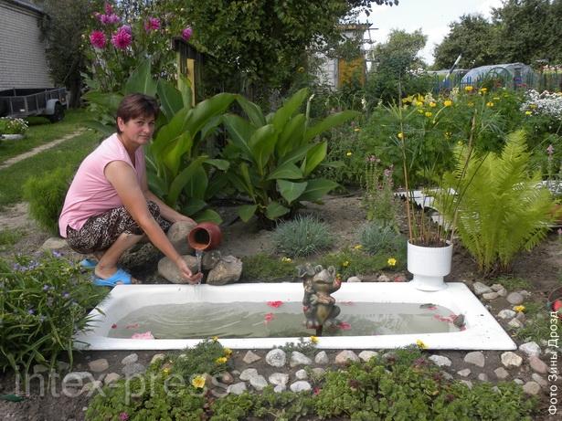Анна Борисевич соорудила  во дворе своего дома необычный пруд из старой ванны