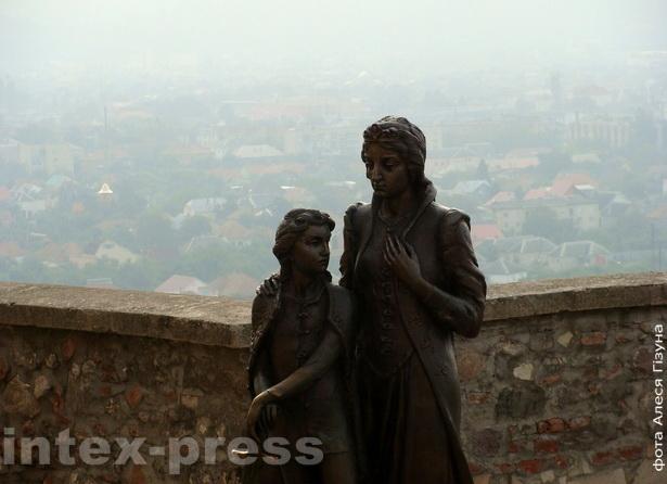 Помнік князёўне Ілоне Зрыні і яе сыну Ферэнцу ІІ Ракоці -- змагарам за незалежнасць Мукачаўскага замку