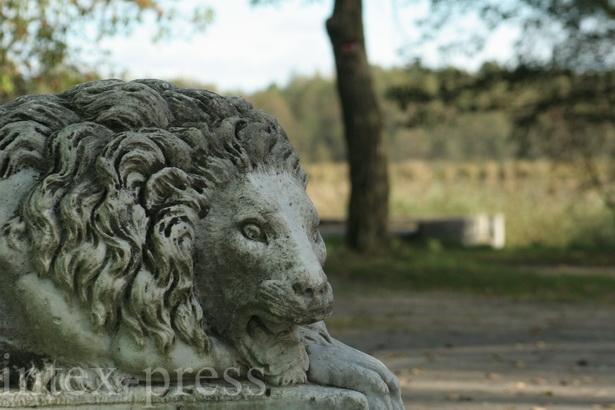 Мармуровы леў пры ўваходзе ў палац Пуслоўскіх