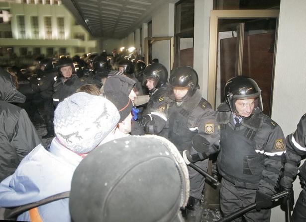 Власти и оппозиция обвинили друг друга в причастности к провокационному штурму Дома правительства