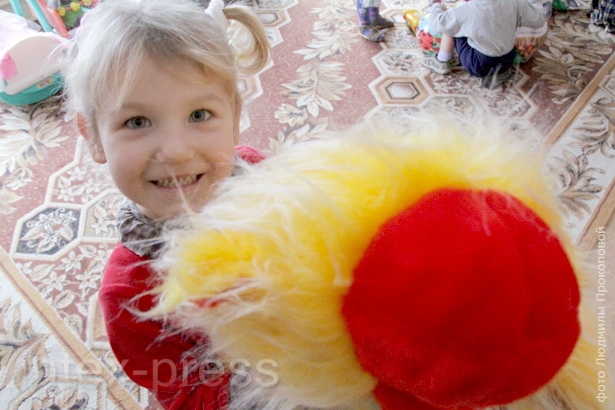 Четырехлетняя Кристина получила в подарок мягкую игрушку – мишку