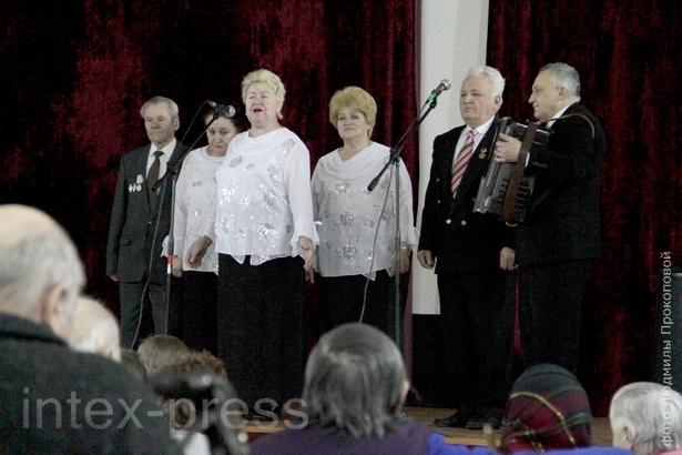 Зрители в зале подпевали солистам коллектива «Беспокойные сердца»