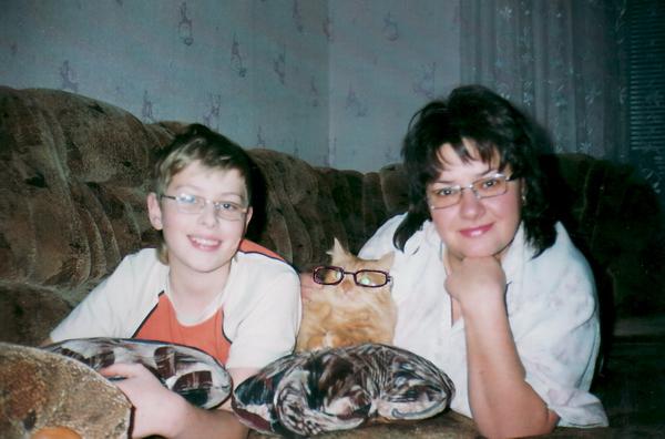 Семья Циунчик и кот Бакс. Бакс: «Очки ношу исключительно из солидарности»