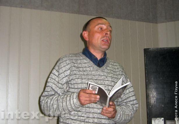 Ян Збажына чытае вершы на сустрэчы беларускіх і шведскіх пісьменнікаў у Баранавічах (2009 год)