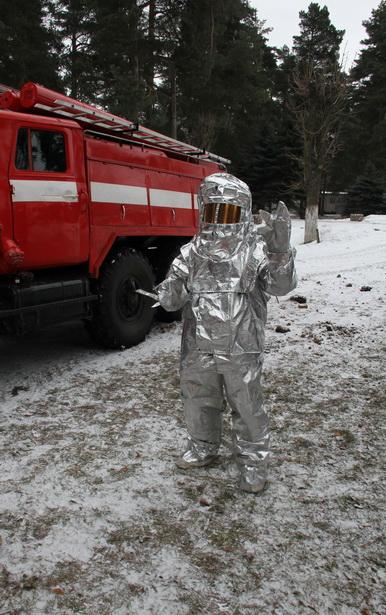 Пожарные отличники в/ч 55435 надевают теплоотражающий костюм за 75 секунд