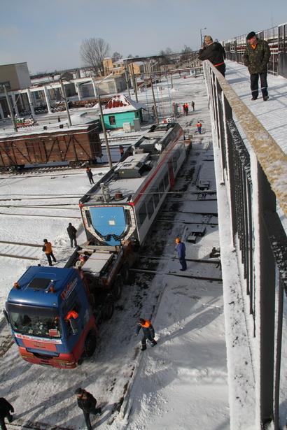 Электрички привезли на грузовиках длиной около 34 метров и высотой 5 метров