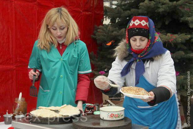 Чтобы отведать традиционное блюдо – блины, горожане выстраивались в очереди