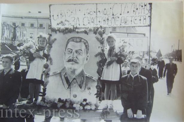 Шествие по ул. Советской школьников с плакатом «Спасибо товарищу Сталину за счастливое детство», 1 мая 1953 года