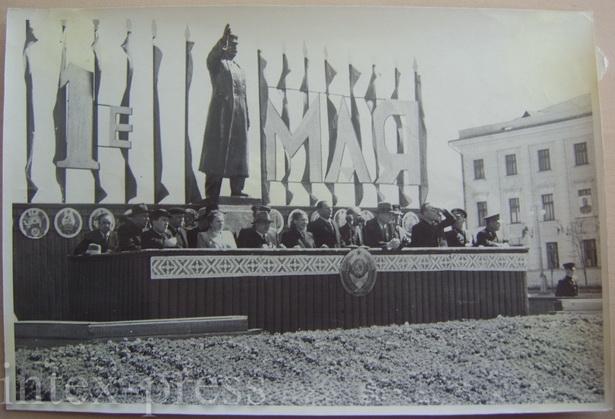 Трибуна с властями города и памятник Сталину, 1 мая 1953 года