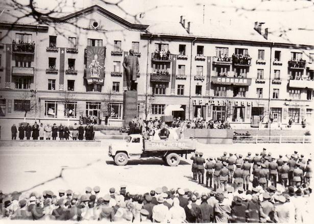 В 1960-е годы колонны демонстрантов двигались по улице Ленина