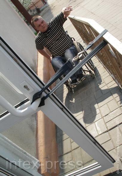 «Оборудованный пандус  не решает проблему, когда дверь в здание открывается так, что коляску никак не вывернуть»,  – говорит инвалид-колясочник Станислав Войтеховский