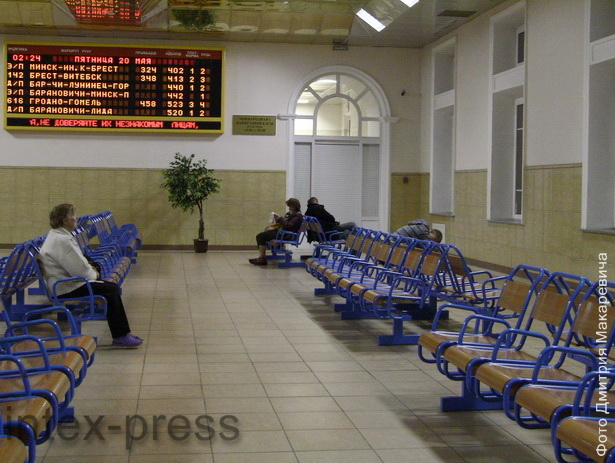 Ночь. В зале ожидания железнодорожного вокзала «Барановичи-Полесские» немноголюдно: до ближайшего поезда два часа