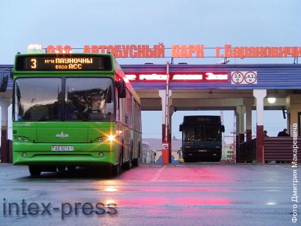 Ранним утром около 100 городских автобусов выезжают по своим маршрутам