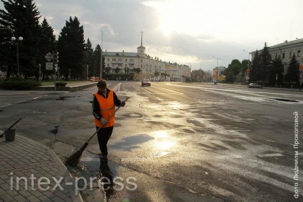 Чтобы улицы города утром были чистыми, дворникам приходится выходить на работу спозаранку