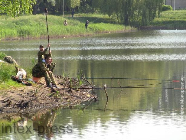 На главном водоеме города – Светиловском озере – рыбаки получают удовольствие от жизни