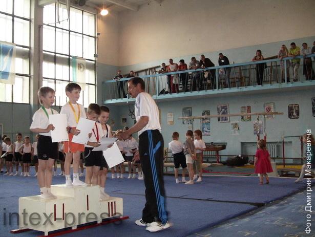 Юные гимнасты получили награды за победы в соревнованиях, которые прошли в СДЮШОР по боксу и спортивной гимнастике