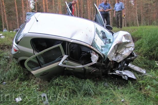 По предварительной версии, водитель служебного автомобиля МВД выехал на полосу встречного движения в зоне действия знака «Обгон запрещен» и столкнулся с автомобилем, который двигался навстречу