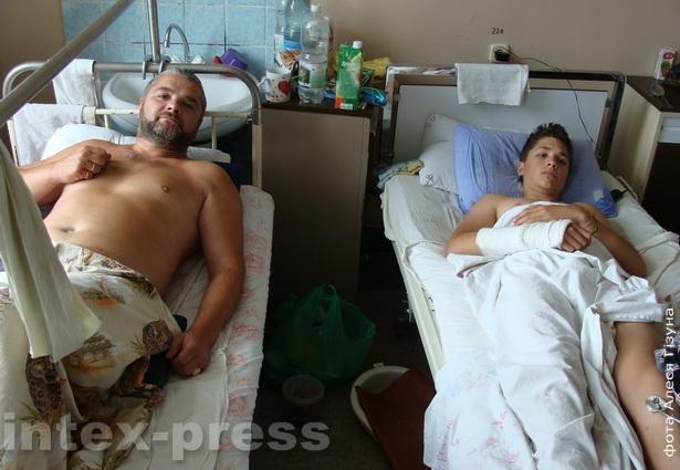 Леонид Павлюченко с сыном Алексеем в больнице