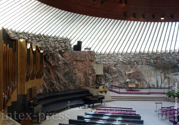 Лютэранская царква, высечаная проста ў скале сярод горада