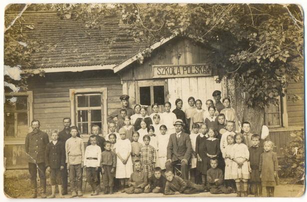 Навучэнцы і выкладчыкі каля будынка баранавіцкай школы легіёнаў