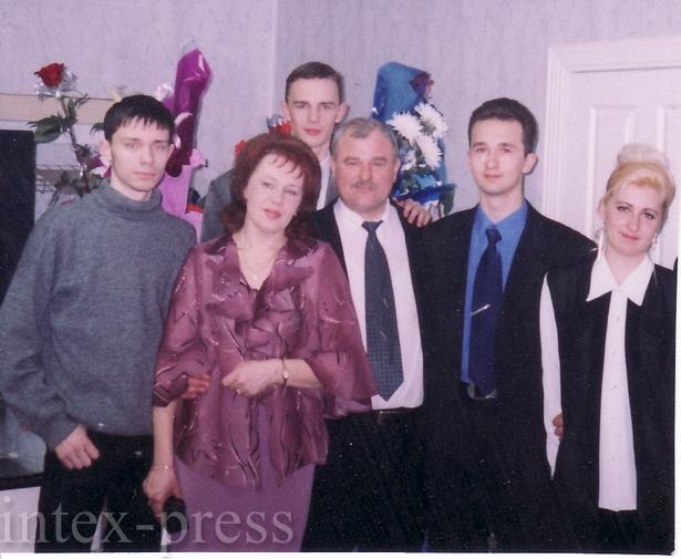 Александр Сергеевич с женой Светланой (в центре) и детьми