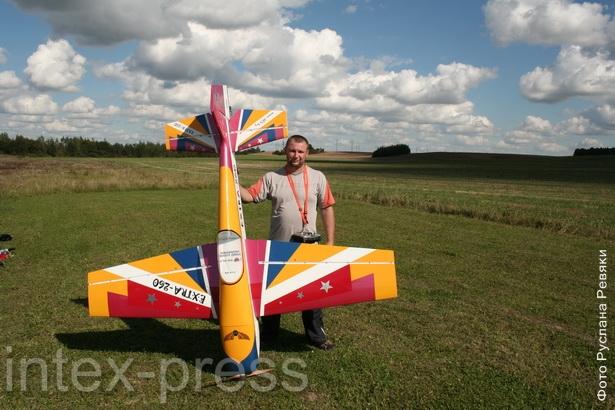 Сергей Остапчик неоднократно занимал первые места в республике среди авиамоделистов-любителей.
