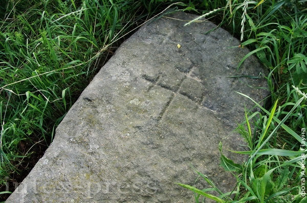 Стары камень з архаічнымі крыжамі каля в. Малая Сваротва Баранавіцкага раёна