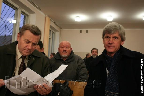 Віктар Сырыца (злева) і Віктар Мязяк падчас судовага паседжання за арганізацыю Мясцовага сходу былі аштрафаваныя на 875 тысяч рублёў, 2011 год.