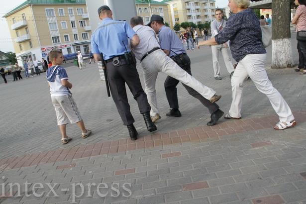 Молчаливые акции протеста не обошлись без ярких эпизодов: на фото милиция задерживает инвалида II-й группы Владимира Гундаря